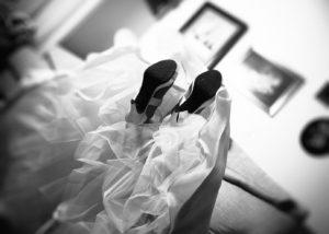02-casa-novia-fotografia-bodas-zapatos-vestido