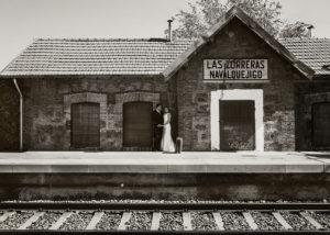 02-fotografia-novios-estacion-tren-abrazados