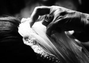 04-mano-velo-vestir-novia-albacete