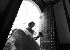 06-novia-bodas-entrada-vesido-contraluz