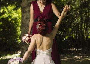 09-novias-rodillas-parque-naturaleza-espalda