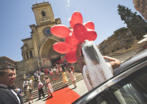 09-novios-catedral-albacete-globos-invitados-foto