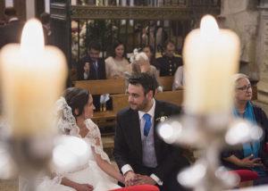 10-novios-boda-iglesia-agarrados-manos-velas
