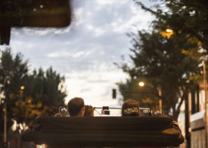 11-coche-descapotable-novios-boda-espaldas