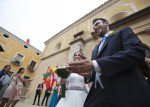 11-salida-iglesia-boda-foto-novios-invitados