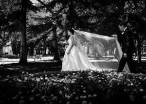 14-novios-reportaje-boda-parque-velo