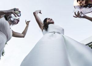16-contrapicado-novia-baile-invitadas-fotografia