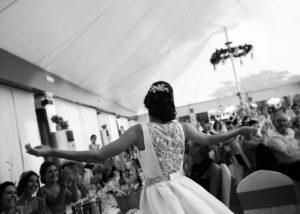 17-novia-espalda-invitados-aplausos-boda-albacete
