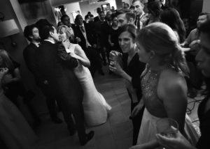 18-novios-beso-invitados-baile-albacete-parador