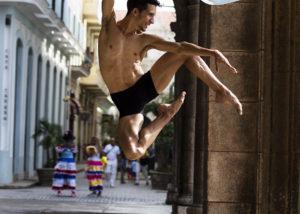 28-bailarin-habana-vieja-cuba-salto-fotografia