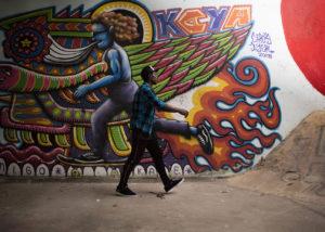 48-chico-andando-grafiti