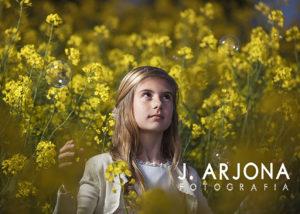 retrato-nina-atardecer-campo-amarillo-pompas-jabon