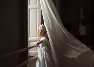 nina-comunion-ventana-cortina-luz-reportaje-albacete