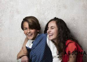 hermanos-comunion-risas-abrazo-estudio-fotografia