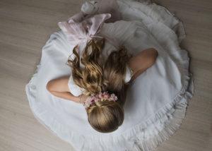 comunion-cenital-nina-espalda-vestido-rubia
