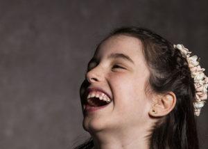 nina-estudio-retrato-risas-comunion-albacete