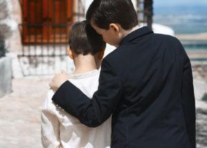 hermanos-comunion-exterior-espaldas-abrazo-chinchilla