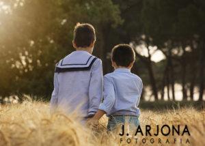 hermanos-comunion-campo-espaldas-trigo-arboles-albacete