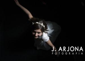 foto_cenital-nina-bailando-comunion-fondo-negro-estudio