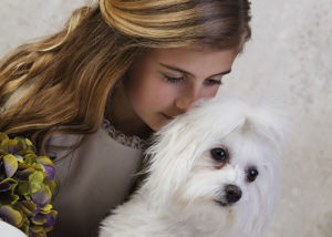 comunion-estudio-retrato-nina-perro-blanco