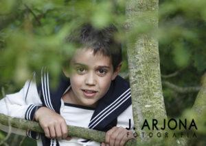 nino-comunion-esteriores-arbol-ramas-fotografia